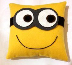 Almofada e Máscara dos amados Mínions Felt Crafts, Fabric Crafts, Sewing Crafts, Diy And Crafts, Sewing Projects, Baby Pillows, Kids Pillows, Animal Pillows, Minion Pillow
