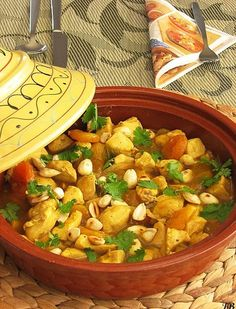 Spicy chicken tagine with Apricots and Almonds Tajin Recipes, Spicy Recipes, Clean Recipes, Slow Cooker Recipes, Wine Recipes, Healthy Recepies, Healthy Dinner Recipes, Healthy Foods, Wok