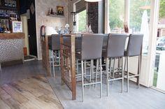Para este proyecto nos trasladamos hasta Móstoles a LE BOMBAY CAFE, en el cual nos encargaron el mobiliario para las terrazas y el interior. Empezaremos por la terraza, dividida claramente en dos zonas, una con sillones bajos para un ambiente más relajado y la otra con mesas y sillas para poder comer mas cómodamente. Para