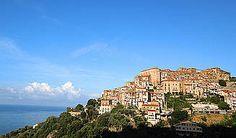 Ferienhaus: Villa Erasmo - Der pittoresker Ort Pisciotta thront auf einer Bergkuppe. - www.cilento-ferien.de