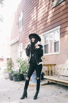all black outfit ideas leather jacket style Winter Layering Outfits, Simple Winter Outfits, Basic Outfits, Warm Outfits, Long Grey Coat, Dark Fashion, Net Fashion, Ladies Fashion, Street Fashion