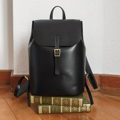 Vicus Pelle - handcrafted leather backpack in vegetable tanned leather. Minimalistic yet elegant.