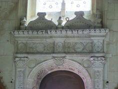 Sculpture de la porte latérale de la chapelle des ducs de Thouars