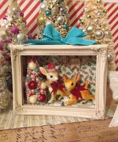 I love this little vintage decoration Christmas Past, Christmas Projects, Christmas Diy, Retro Christmas Decorations, Christmas Colors, Retro Christmas Tree, Christmas Ornaments, Christmas Shadow Boxes, Vintage Holiday