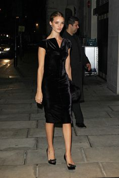 Rosie Huntington-Whiteley Photos - Rosie Huntington-Whiteley wears a velvet dress to the Tom Ford Dinner during London Fashion Week. - Rosie Huntington-Whiteley at London Fashion Week. Pretty Dresses, Beautiful Dresses, Mode Simple, Mode Chic, Black Velvet Dress, Velvet Fashion, Rosie Huntington Whiteley, Models, Dress Me Up