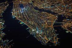 Mooie kleurrijke luchtfotos van New York bij nachte gemaakt door fotograaf Vincent Laforet.