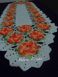 Lindo caminho de mesa feito em crochê, com 26 flores feitas com a linha duna, fio de ótima qualidade 100% algodão e barbante cru. <br> <br>Medidas: 1,50X0,44cm <br> <br>Trabalho feito por encomenda. Com até 30 dias uteis para entrega. <br> <br>Pode ser feito em outras cores. Confira as cores disponíveis. <br> <br>Trabalho feito por encomenda. <br> <br>Forma de envio: Correios, via PAC ou SEDEX. <br> <br>Frete por conta do comprador. <br> <br>Qualquer dúvida, faça uma pergunta ao vendedor. Crochet Dishcloths, Crochet Doilies, Crochet Flowers, Free Crochet, Knit Crochet, Knitting Patterns, Crochet Patterns, Crochet Table Runner, Dresser Sets