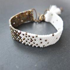 Manchette en perles miyuki tissée à l'aiguille blanc et métallique doré irisé