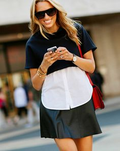 street style look sueter azul camisa branca, saia couro preta.