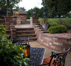 The Weston Stone Wall by Belgard Hardscapes has a natural stone appearance that allows for a wide range of applications and design options. This double-sided wall is the ideal choice for garden walls, pillars, outdoor kitchens and planters.