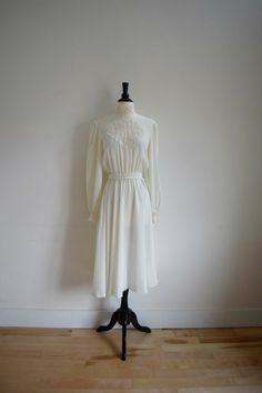 Vintage romantic retro white dress with lace detailing / short