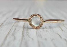 Delikatny złoty pierścionek z niebieskim chalcedonitem.  Pierścionek wykonany jest ręcznie w różowym złocie próby 585.  Tył pierścionka skrywa ♥  Pierścionek taki jest doskonałym prezentem na...