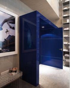 A porta de passagem #Cadore fica um escândalo no tom #Blu, que consta entre as várias opções de #cores da linha #Cristallo, by Cinex. Arrisque nos seus #projetos! #aluminio #architecture #arquitetura #design #inovacao #interiordesign #vidro #porta