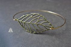 Beautiful bangle with leaf.  A large altbronzefarbenes sheet was stretched in a gold-plated bangle.  The bracelet has a standard measure of an inner diameter of about 6,5cm. If you want it in a...