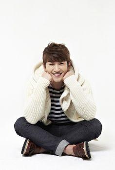 Shinhwa's Minwoo buys coffee for his fans