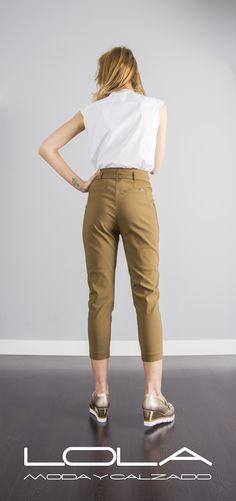 Pantalón pirata TWIN SET, siempre con estilazo.  Pincha este enlace para comprar tu pantalón TWIN SET en nuestra tienda on line:  http://lolamodaycalzado.es/primavera-verano-17/1367-twin-set-72xr.html