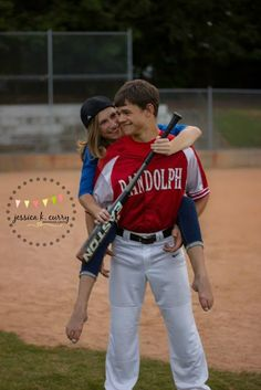 Junges Paar stellen Ideen - New Ideas - Baseball-Fotosession. Baseball Softball Couple, Baseball Couples, Baseball Boyfriend, Sports Couples, Teen Couples, Power Couples, Baseball Players, Teen Couple Pictures, Couple Picture Poses
