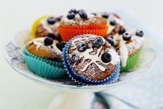 Sitruuna-mustikka cupcakes ✦ Ihanan pirteät sitruuna-mustikka cupcakesit ovat mukava päivän piristys kirpeän raikkaalla maullaan. Sitruuna-mustikka cupcakesit sopivat hyvin arjen herkutteluhetkiin sekä kevään ja kesän juhliin. http://www.valio.fi/reseptit/sitruuna-mustikka-cupcakes/