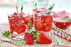 Strawberry Apple Homemade Sweet Tea - The Greenbacks Gal Summer Drinks, Fun Drinks, Healthy Drinks, Beverages, Ginger Ale, Superfood, National Iced Tea Day, Strawberry Drinks, Party Punch Recipes