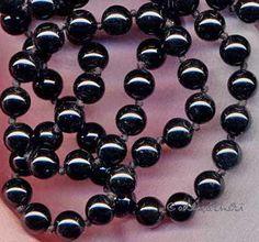 Onyx, Edelstein der Kraft und Stärke. Onyx gilt als Lieblingsstein der Wintertypen. Schwarz als Farbe steht für Distanz, Verborgenheit, Unwissenheit, Würde, Eleganz und Sicherheit. Er soll bei Schwellungen helfen, das Immunsystem stärken, Herzbeschwerden lindern und Zufriedenheit vermitteln...   #Farbe #Farbtyp #Heilstein #Herzbeschwerden #Immunsystem #Kraft #Onyx #Rötungen/Schwellungen #schwarz #Stärke #Wintertyp