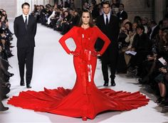 Former supermodel Yasmin Le Bon, returned to the catwalk for a hefty (and likely boiling hot) gown by French designer Stephane Rolland during the Spring/Summer 2012 Haute Couture collection show in Paris on Jan. Heavy Dresses, Formal Dresses, Couture High Heels, Love Fashion, Fashion Beauty, Paris Fashion, Yasmin Le Bon, Stephane Rolland, Couture Collection