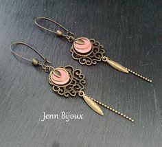 Boucles d'oreilles en métal bronze et rose corail, sequin émaillé , anneaux , estampes ,breloque et perles métal chaîne bille : Boucles d'oreille par jenn-bijoux-fait-main