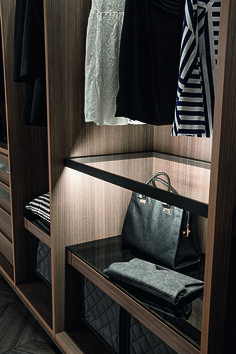 PRESOTTO | Tecnopolis free walk-in closet; close-up of the luminos shelf that consist of burnished finish aluminium frame and clear glass with led lighting. _ Cabina amadio Tecnopolis free; dettaglio del ripiano luminoso con telaio alluminio finitura brunito e vetro trasparente, con illuminazione a led.