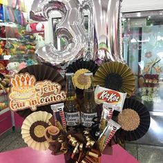 Images about #CreacionesDencantos tag on instagram Candy Bouquet Diy, Gift Bouquet, Balloon Bouquet, Candy Arrangements, Alcohol Gifts, Diy Crafts For Gifts, Party In A Box, Gift Packaging, Balloons