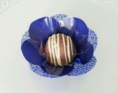 FORMINHAS para doce F1C1T-Azul Royal  Forminha em tecido para doces finos.  Camélia 5 pétalas.    Dimensão do produto: 8 cm  Fundo 3 cm    São 2 camadas.    COR : Azul Royal    Doce não incluso.  Consulte Promoção Frete na página principal