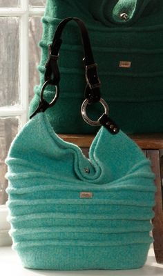Noni Designs – Bedouin bag … knit then wash to felt – like the texture and handles (also note the green one in the background). Can't wait to knit mine! Felt Purse, Felt Bags, Knitting Accessories, Knitting Patterns, Purse Patterns, Knit Or Crochet, Knitted Bags, Wool Felt, Felted Wool