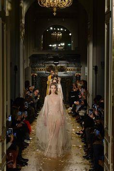 Sfilata Valentino Parigi - Alta Moda Primavera Estate 2016 - Vogue