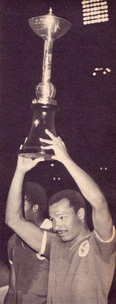 Coluna ergue a Taça de Honra de Lisboa, em 1967/68, conquistada em 4 de Setembro de 1967, após derrotar por 6-0 o Atlético CP no estádio José Alvalade.