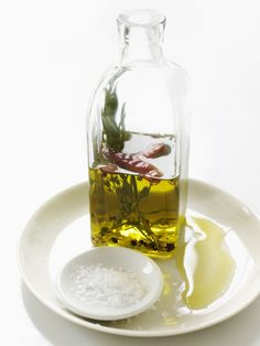 Sweet Paul Flavor Booster: Simply fill a clean bottle with cracked black pepper, some rosemary, thyme, dried garlic flakes and some dried chili. Flavored Olive Oil, Flavored Oils, Infused Oils, Gourmet Cooking, Cooking Oil, Olives, Sweet Paul, Edible Gifts, Oil Bottle