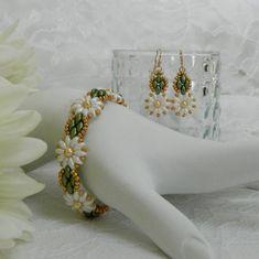 Plastic Earrings, Clip On Earrings, Etsy Earrings, Beaded Jewelry Patterns, Beading Patterns, Beaded Braclets, Beaded Earrings, Super Duo Beads, Daisy Bracelet