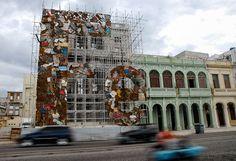 F逝, obra del artista cubano Adonis Flores, que forma parte del proyecto Detrás del Muro, el jueves 29 de Mayo de 2012, La Habana, Cuba. Foto: Calixto N. Llanes (CUBA)