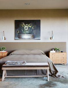 Dans la chambre, le calme et l'épure triomphent. Banc de Pierre Jeanneret, tête de lit et couvre-lit beige en cachemire (Loro Piana), tapis moquette bord à bord en mohair (Woven Accents) et au mur, une toile de Cristof Yvoré, 2008.