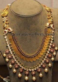 Gold designs may see further variations in different regions like the Thushi necklace of Maharashtra. These necklaces are made of golden beads tightly woven together using leather or other strands. The gold beads are individually designed and then brought together.