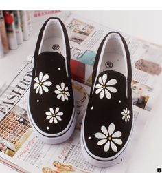 Personalized Style: 15 Fabulously Chic Hand Painted Shoes There's nothing like an inspirational picture to get your creative juices flowing. While you might not recreate what you see in the picture precisely, Painted Canvas Shoes, Painted Vans, Painted Sneakers, Painted Clothes, Hand Painted Shoes, On Shoes, Me Too Shoes, Footwear Shoes, Shoes Style