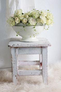 Roses on shabby stool Cottage Shabby Chic, Style Shabby Chic, Shabby Chic Stil, Chabby Chic, Shabby Chic Homes, Shabby Chic Decor, Shabby Vintage, Country Decor, Farmhouse Decor