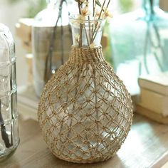 Go global chic with our Tan Vintage Rattan Glass Vase!Simple and Creative Tips Can Change Your Life: Concrete Vases Home clear floor Easy And Cheap Unique Ideas: Vintage Copper Vases geometric vases side tables.Painted Pottery Vases old vases Wine Bottle Art, Diy Bottle, Wine Bottle Crafts, Macrame Art, Macrame Design, Macrame Projects, Jute Crafts, Diy Home Crafts, Vase Design