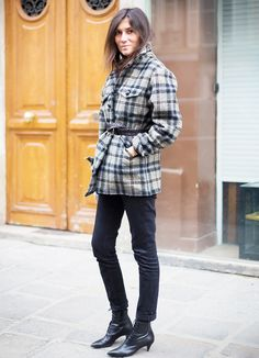 Paris Haute Couture SS 2014 Street Style: Emmanuelle Alt, editor-in-chief of Vogue Paris, wearing a plaid coat with belt, black skinny jeans & Saint Laurent 'Cat' booties. Street Looks, Street Style, Street Chic, Emmanuelle Alt Style, Vogue Paris, Uniform Dress, Trendy Fashion, Style Fashion, Trendy Style