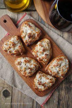Crostini con salsiccia e stracchino - Soft cheese and sausage crostini Wine Recipes, Gourmet Recipes, Appetizer Recipes, Healthy Recipes, Tuscan Recipes, Italian Recipes, Antipasto, Amouse Bouche, Crostini