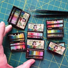 Here's a still shot of the little miniature colored pencil sets I made yesterday with their lid art. 💕 Each set is unique! I'm going to be… Barbie Dolls Diy, Barbie Toys, Projekt Mc2, Hery Potter, Diy Doll Miniatures, Miniature Photography, Bottle Jewelry, Mini Craft, Miniature Crafts