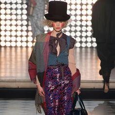 Vivienne Westwood at Paris Fashion Week Fall 2014 - Runway Photos London Fashion Weeks, Fashion Week Paris, Fashion Show, Fashion Outfits, Vivienne Westwood, Quirky Fashion, Timeless Fashion, Crazy Fashion, Carnival