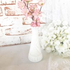 White Antique Vase with Color Shabby Chic Cottage, Shabby Chic Decor, Vintage Decor, Shabby Vintage, Shabby Chic Centerpieces, Wedding Centerpieces, Centerpiece Ideas, Centrepieces, Table Decorations