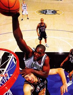 Chris Webber, one of my favorite power forward dunk over Gheorge Muresan, one of the tallest NBA player. I Love Basketball, Basketball Pictures, Basketball Legends, Basketball Quotes, Basketball Court, Sports Images, Sports Pictures, Nba Players, Basketball Players