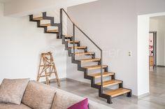 Cet escalier donne accès à l'étage sur une vaste mezzanine à partir du salon. C'est un escalier quart tournant rayonnant à doubles limons crémaillères sans contremarches. Sa ligne architecturale est marquée. Les marches en chêne massif de 4 cm d'épaisseur ajoutent de la présence à cet escalier qui Se veut être un élément du décor au même titre qu'un meuble.