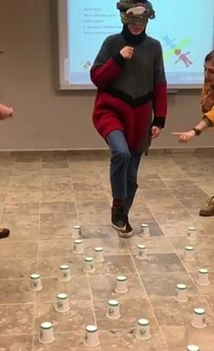 Attention to the glasses ! With the instruction of his teammates, he didn't … - Kinderspiele Indoor Team Building Games, Building Games For Kids, Team Building Activities, Youth Group Games, Family Fun Games, Team Games, Sleepover Activities, Activities For Kids, Fun Party Games