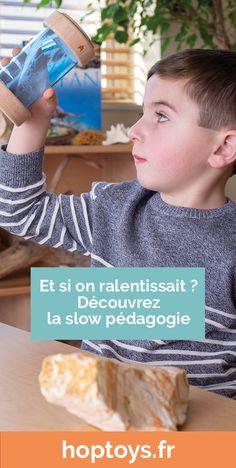 La Slow Pédagogie, ce n'est pas une méthode. C'est plutôt une approche, un état d'esprit qu'on se donne et dans lequel l'accompagnement du jeune enfant sera ajusté à sa capacité de recevoir, de découvrir, de contrôler son environnement. Ce n'est rien d'innovant mais cela implique un recentrage sur le temps, sur la simplicité et sur le jeu en extérieur. Reggio, Montessori, Slow, Sensory Activities, Fitbit, Adhd Kids, Outdoor Games, Sensory Play, Innovative Products