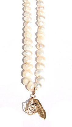 Lange Perlenkette weiß